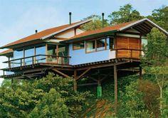 Esta casa em Gonçalves, MG, foi erguida sobre pilotis para respeitar ao máx...