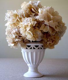 Papierblumen basteln aus Materialien wie Seidenpapier, Krepppapier oder auch Zeitungspapier. Wunderschön für die festliche Tafel und für die Hausdekoration.
