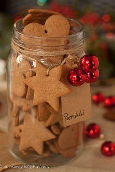 Świąteczne pierniczki Christmas Flatlay, Christmas Sweets, Christmas Cooking, Christmas Gingerbread, Holiday Desserts, Gingerbread Cookies, Cake Boxes Packaging, Polish Recipes, Thanksgiving Recipes