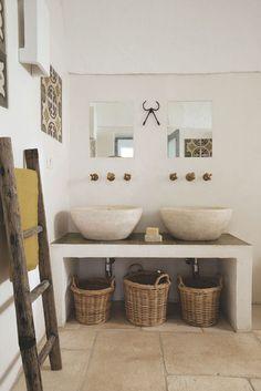 De la pierre blanche pour une salle de bains ultra authentique