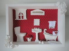 Quadro para banheiro, com fundo em tecido e peças em resina. R$ 79,99