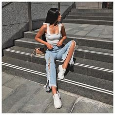 White Crop Tops Street Style, 5 Summer Jeans and Sneakers Street Style - RedonWhite. Trendy Summer Outfits, Spring Outfits, Casual Outfits, Cute Outfits, Fashion Outfits, Womens Fashion, Fashion Trends, Indie Fashion, Hipster Fashion