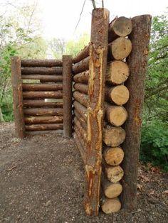 Séparation à l'aide de rondins de bois (moins haut que ceux-ci).