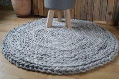 Diese Wollschnur ist mega-dick und ergibt ganz schnell einen super-dicken und flauschigen Teppich. Für alle die, die es etwas wärmer und kuscheliger haben möchten, das ideale Material. Die Wolle ist locker ausgesponnen und hat einen Kern aus Juteband. Dadurch ist sie strapazierfähiger und reißfester als man das normalerweise von Schurwolle gewöhnt ist. Die Wolle ist naturbelassen und nicht gefärbt oder anderweitig chemisch behandelt.