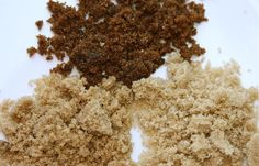 Se o seu açúcar mascavo estiver duro e empelotado, ponha no microondas em um pote de vidro coberto com uma toalha de papel úmida por 20 segundos. Outra dica é levar ao forno por 5 minutos a 150˚C.