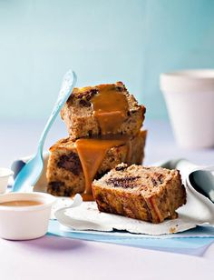 Piesangbrood met sjokolade en karamel South African Recipes, Food Design, Kos, Tea Time, Banana Bread, Cake Recipes, Sweet Treats, Afrikaans, Meet