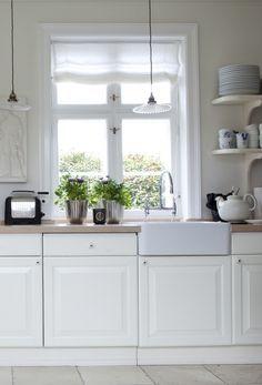 Landligt køkken Scandinavian Kitchen Renovation, Scandinavian Home, Beach House Kitchens, Home Kitchens, Kitchen Cupboards, Diy Kitchen, House Blinds, Vintage Farm, Bed And Breakfast