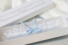 Strumpfbänder - Weiß Spitzen Hochzeit Strumpfband mit blau - ein Designerstück von Handmade_by_Donna bei DaWanda