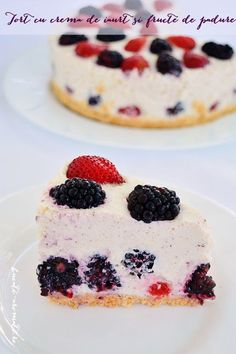 Berry Chantilly Cream Cake is made with a 5 star rated homemade yellow cake, fresh chantilly cream, and fresh berries. A perfect Summer dessert! Microwave Cheesecake Recipe, Easy Cheesecake Recipes, Dessert Recipes, Microwave Desserts, Chantilly Cake Recipe, Berry Chantilly Cake, Chantilly Cream, Summer Desserts, Just Desserts