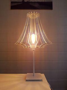 Prototype de demi lampe en plexiglass sur pied. Lampe à poser contre un mur.