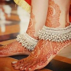 Put your best foot forward pick your Indian bridal anklet from stunning bridal payal designs for your big day from our editors pick of bridal jewellery Silver Anklets Designs, Anklet Designs, Mehndi Designs, Payal Designs Silver, Fashion Male, Fashion Models, Indian Fashion, Fashion Glamour, Fashion Outfits