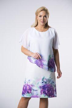 Biele polodlhé šaty s krátkym rukávom lichobežníkového strihu s asymetrickým vrstvením. Šaty sú jemné s krásnym vzorom fialových kvetín, ideálne aj do práce alebo na rôzne iné príležitosti.