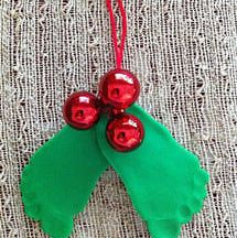 20 Christmas Tree Crafts for Kids Christmas Baby Mistletoe and Holly Craft- I'm needing a new mistletoe. but I think my kids feet are starting to get too big. Maybe we'll really have to stick to just the toes! Christmas Baby, All Things Christmas, Winter Christmas, Christmas Holidays, Christmas Decorations, Christmas Ornaments, Homemade Christmas, Christmas Breakfast, Kids Crafts