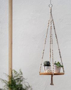 Makramee mit Holzsockel für eine pfiffige Präsentation deiner Pflanzen. Gibt es bei Etsy.