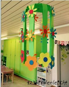 Very pretty for classroom decor Class Decoration, School Decorations, Spring Art, Spring Crafts, Preschool Crafts, Easter Crafts, Diy For Kids, Crafts For Kids, Diy And Crafts