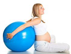 Como fazer exercício durante a gravidez. Fazer exercício ajuda-nos a manter saudáveis e em forma, por isso a atividade física é muito recomendada durante a gravidez. O fato de você estar grávida não significa que deva estar sentada na poltro...