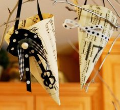 After posting about the sheet music ornament star last week, I was inspired to dig around the web for other music-related crafts! There are tons of ways to recycle old sheet music (which you can o… Sheet Music Ornaments, Sheet Music Crafts, Old Sheet Music, Music Paper, Piano Sheet, Hymn Art, Music Items, Ways To Recycle, Vintage Music