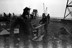 """Los liquidadores de Chernobyl que limpiaron el techo de la central nuclear tras el accidente de 1986 fueron conocidos como los """"biorobots"""". A pesar de llevar 30 kilos de plomo en sus trajes, solo podían permanecer dos minutos expuestos a la radiación antes de quedar agotados. Más de la mitad han muerto y el resto aún sufre las consecuencias."""