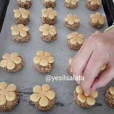 Adı yok desem 🙊🙊 mutfakta arada güzel buluşlar çıkıyor 🙃🙃 Un kurabiyesi tadında ama şekli süper güzel olan kurabiyeyi muhakkak deneyin…