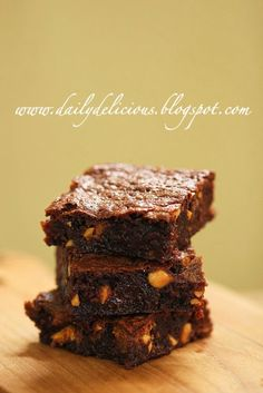dailydelicious: Snicker Fudge Brownies: When my candy bar turn into delicious brownies Snickers Fudge, Fudge Brownies, Brownie Bar, Thai Cooking, Cooking Recipes, Something Sweet, Brownie Recipes, Healthy Treats, Food Porn