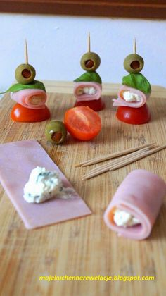 koreczki z szynki Finger Food Appetizers, Appetizer Recipes, Finger Foods, Party Food Platters, Salad Dishes, Good Food, Yummy Food, Picnic Foods, Food Decoration