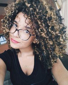 luzes em cabelos cacheados
