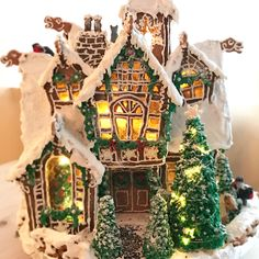 100 Gingerbread House Ideas to give your Christmas Party a Delicious Dose of Happiness - Hike n Dip Thinking about Gingerbread house decorating party? Then you have to have a look at these delicious and cute Gingerbread house ideas right here. White Gingerbread House, Graham Cracker Gingerbread House, Cardboard Gingerbread House, Gingerbread Castle, Gingerbread House Template, Cool Gingerbread Houses, Gingerbread House Designs, Gingerbread House Parties, Gingerbread Decorations