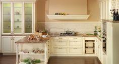 rustikalna kuchyna HANAK na mieru, svetla dyha s vyraznymi rustikalnymi prvkami, zaujimave stlpiky a kazetove dvierka v kombinacii so sklom
