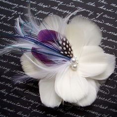 hair feather flower There are different rumors about the real history of the marriage dress; Feather Crafts, Feather Art, Feather Jewelry, Hair Jewelry, Bridal Flowers, Silk Flowers, Fabric Flowers, Fascinator Hats, Fascinators