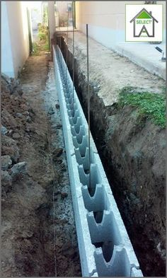 Construction d'un mur de soutènement de retenu de terre en bloc à bancher à Villennnes/seine. Ces murs sont construits pour retenir de très fortes charges latérales. #SelectArtisans #CourtierTravauxYvelines #MurSoutenement