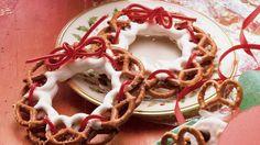 Katie´s Pretzel Wreaths  Use white chocolate, dark choc., or vanilla bark