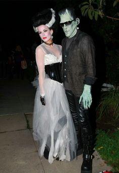 Porque no siempre hay que innovar a la hora de encontrar un disfraz chulo para Halloween, Kate Beckinsale prefiere echar la vista atrás y recordar los mejores momentos del cine yendo de novia de Frankenstein. Eso sí, el vestido da un poco sensación como de baratillo. Eso, o que el gato ha decidido trepar por la falda antes de que te la pongas.