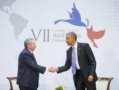 Los presidentes de Estados Unidos Barack Obama y Cuba, Raúl Castro, se dan la mano durante un encuentro bilateral en la Cumbre de las Américas que tuvo lugar en Panama, sábado abril 11 de 2015. (AP Fo