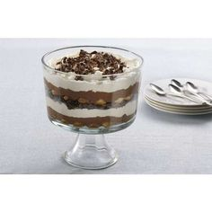 Impress your guests with this exquisite and mouthwatering Easy Chocolate Tiramisu Trifle Recipe from Hershey Kitchens. Treat your sweet tooth. Chocolate Tiramisu, Chocolate Coffee, Charlotte Tiramisu, Triffle Recipe, Tiramisu Trifle, Biscuits, Caramel, Instant Pudding Mix, Trifle Pudding