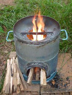 rocket stove, cuiseur solaire, éolienne, four solaire. Diy Rocket Stove, Rocket Stoves, Rocket Heater, Diy Wood Stove, Stove Heater, Outdoor Stove, Cooking Stove, Kitchen Stove, Stove Fireplace