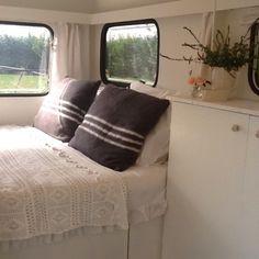 """Gepimpte (aka """"pimped) caravans: Overnachten in een hippe caravan Retro Caravan, Camper Caravan, Gypsy Caravan, Retro Campers, Caravan Ideas, Diy Camper, Vintage Campers, Camper Ideas, Camper Van"""