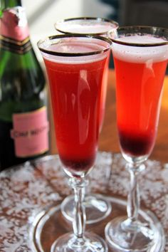 Perfect for brunch or any holiday gathering, this deliciously rosy Amaretto Bellini combines dark cherries, Amaretto and Pink Champagne. Amaretto Drinks, Champagne Drinks, Pink Champagne, Alcohol Recipes, Tea Recipes, Drink Recipes, Fruit Drinks, Alcoholic Drinks, Beverages