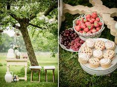 Hapjes en drankjes van de landgoedkok tijdens buiten bruiloft in de boomgaard op landgoed Marienwaerdt Www.marienwaerdt.nl