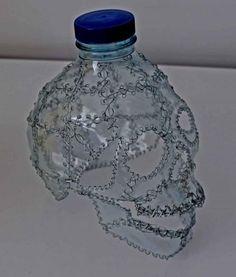 Calavera con botella de plástico