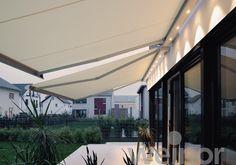 Zenara / LED - weinor zonnescherm. Met haar avant-gardistisch design is de Zenara hèt design-zonnescherm onder de zonweringen. Bij moderne huizen past het cassette zonnescherm harmonieus bij de gevel, aan oudere gebouwen zorgt zij voor spannende contrasten. Zelfs met grote breedtes tot 6,5 m vereist de weinor Zenara slechts 2 muurconsoles en vormt hierdoor een eenheid met het huis. Talrijke innovaties maken de Zenara ook technisch avant-gardistisch. Bekroond in 2014 met een Red Dot award.