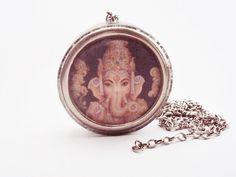 ORGONITE GANESHA -   O filho dos Deuses Shiva e Parvati, Ganesha é o Senhor de sucesso e destruidor dos males e obstáculos. Ele também é adorado como o deus da educação, conhecimento, sabedoria e riqueza.