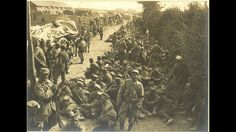Près de Lamotte-en-Santerre (Somme). Halte d'un convoi de prisonniers. Août…