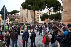 A crowd forms near the #Colosseum, expectant and waiting for #PresidentObama to arrive.