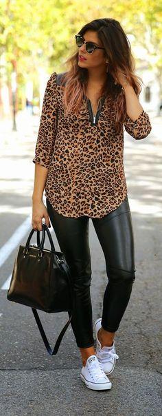tênis + calça de couro eco + camisa animal print