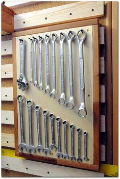 French Cleat System in der Werkstatt Garage Organization Tips, Garage Tool Storage, Workshop Storage, Garage Tools, Garage Shop, Garage Workshop, Shed Storage, Garage Tool Organization, Storage Ideas
