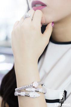 Bạn chọn trang sức nào cho ngày đầu tuần?? một chiếc lắc tay phong cách nữ tính hay một chiếc vòng tay họa tiết hình rắn thể hiện sự năng động và cá tính.