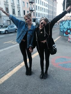 best friends black fashion girls grunge hipster leather leggings make up model nyc pictur Grunge Outfits, Mode Outfits, Hipster Outfits, Casual Outfits, Estilo Grunge, Look Fashion, 90s Fashion, City Fashion, Classy Fashion