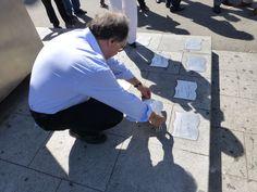 L'escriptor Jordi Coca col·locant la seva firma en el monument al llibre, escultura de l'any 1994 d'en Joan Brossa per al Gremi de llibreters de vell de Catalunya a la cruïlla de Passeig de Gràcia amb Gran Vía a Barcelona.