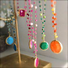 Collane realizzate con tecnica crochet in filo dorato di lamè e pietre di giada in tutti i colori, pendenti in giada colorata montati in ...