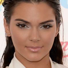 Um dos makes mais ousados Pausa para Feminices: de Kendall, este visual leva esfumado com sombra branca cintilante, boca nude rosada perolada e, para finalizar, muitos cílios.